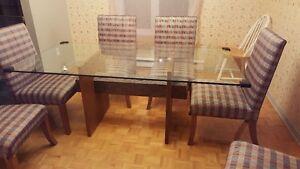6 chaises salle à manger (besoin d'être recouvertes)
