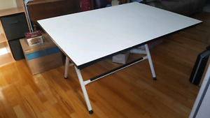 Drawing/drafting table