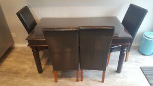 Table de cuisine et chaises / dining room table and 4 Chairs