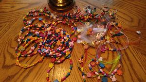 lot de Colliers ,boucles d'oreilles et porte-clefs d'enfants