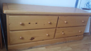 Pinewood dresser with 4 drawers in very good condition