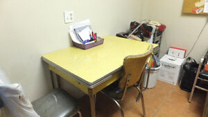 Table en formica avec chaises / Formica table with chairs
