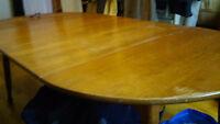 tres belle table de cuisine en bois massif avec 2 extensions