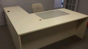 Bureau, table et chaises