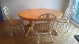 Table de cuisine en bois 200$ ( inclus 6 chaises et rallonge)
