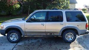 2000 Ford Explorer XLS SUV, Crossover