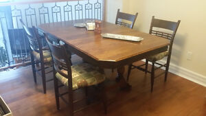Dining Room Table + 2 Leaves + 4 Chairs $80