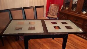 Table and four Chairs London Ontario image 2
