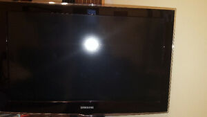 "Samsung 32"" 1080p tv and glass tv stand 400$ nego West Island Greater Montréal image 4"