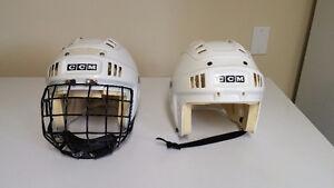 2 casques de hockey blanc donc un avec une grille