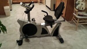 Bicycle horizontal stationnaire -Club Piscine Fitness