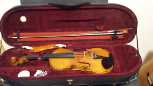 Full size violin,like new,  with complete accessories.