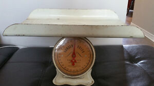 Vintage Queen Baby Scale/ Balance antique bébé