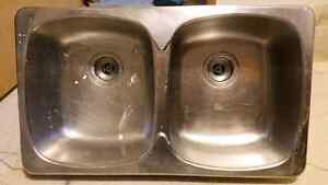 Double kitchen sink with drains