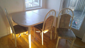 Kitchen table with 4 chairs. Perfect condition.