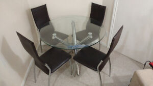 Round glass top dinning room set w/ 4 high back chairs