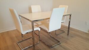 Table + 4 chairs(Structube)