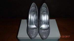 High Heeled Silver Shoes/Haute Talons Chaussures gris argenté