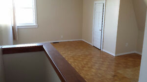 **4 BDRM House - W/d Incl!! - Walk to Carleton!! - MOVE IN NOW!!