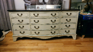 Solid wood curved front and. 9 drawer dresser on excellent shape