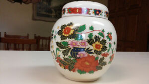 Beautiful antique Sadler Staffordshire (England) ginger Jar .