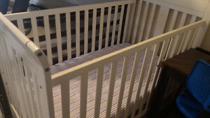 Crib/Toddler bed with mattress and sheet