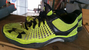 LIKE NEW SIZE 9 UNDER ARMOUR RUNNING SHOES