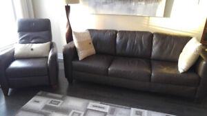 Canapé et fauteuil en cuir brun