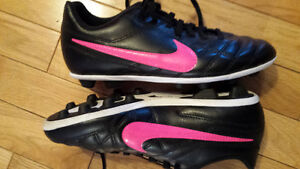 Girl's size 4 soccer shoes Nike
