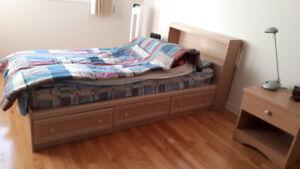 Lit simple très bon état+Tête de lit+Table de chevet