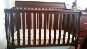Convertible Graco crib with mattress in good condition