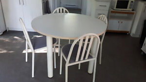 TABLE RONDE BLANCHE - 4 CHAISES