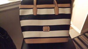 GUESS PURSE..LEATHER..NEW