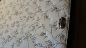3 months old Queen mattress with box spring for sale Kitchener / Waterloo Kitchener Area image 2