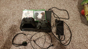 Xbox one console - Halo 5 - nhl 15 - 2 controllers