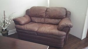 BROWN LEATHER LOVE SEAT  $190 OBO Kingston Kingston Area image 5