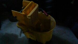 COMMERCIAL, INDUSTRIAL MOP BUCKET WITH MOP RINGER