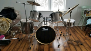 Pearl Forum Chrome 8-piece drum set, like new!