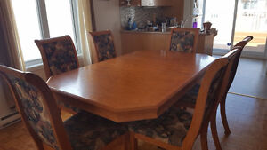 Table de cuisine avec 6 chaises et buffet en chêne