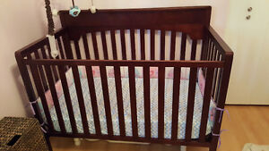 Dark wooden crib with or without mattress