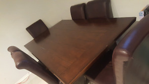Large wood dinning table in good condition