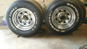 275 60 15   rears   235 70 15   fronts  on 5x5.5 bolt pattern