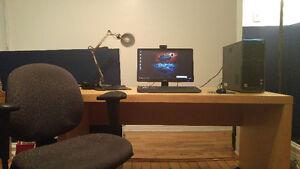 Desk and chair/Bureau et chaise