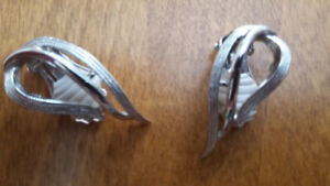 Striking Vintage Sarah Coventry clip on Ear Rings Make an offer