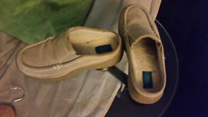Size 9 ladies shoes Cougars is the brand name
