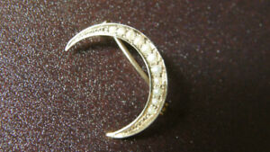 ANTIQUE 14K GOLD CRESCENT MOON PIN WITH 11 SEED PEARLS
