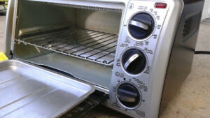 Four grille pain black and Decker toaster oven