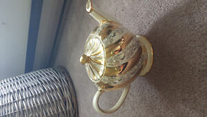 Gold ribbon Sadler teapot