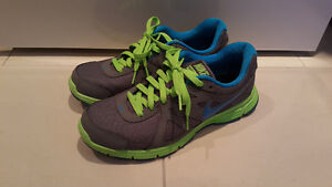 Excellent like new condition men's NIKE running shoes sz US9