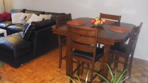 Ensemble salle à manger en bois massif style pub.